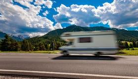 家庭度假旅行,在motorhome RV,有蓬卡车加州的假日旅行 免版税库存照片