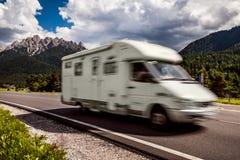 家庭度假旅行,在motorhome RV,有蓬卡车加州的假日旅行 库存图片