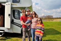 家庭度假,与孩子的RV旅行,有孩子的愉快的父母在度假在motorhome绊倒 免版税图库摄影