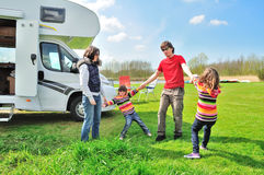 家庭度假, RV与孩子,有孩子的父母的露营车旅行在度假在motorhome绊倒 免版税库存照片