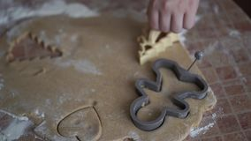 家庭录影-在家做曲奇饼的愉快的孩子在厨房里 股票视频