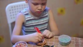 家庭录影-在家做曲奇饼的愉快的孩子在厨房里 影视素材