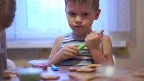 家庭录影-在家做曲奇饼的愉快的孩子在厨房里 股票录像