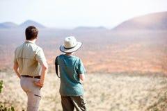 家庭徒步旅行队在非洲 库存图片