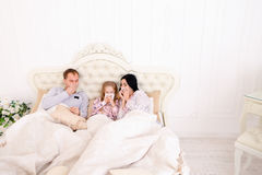 年轻家庭得到了病态或不适在家打喷嚏在床上 库存照片