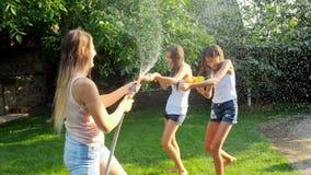 家庭慢动作录影有与水管和水枪的水争斗在房子后院 影视素材