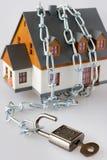 家庭房子和金属链子作为保护-关键锁secur 库存照片