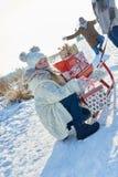 家庭捐赠许多圣诞节礼物 图库摄影