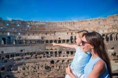 家庭探索的大剧场里面在罗马,意大利 在著名地方照顾和她的女儿画象在欧洲 库存图片