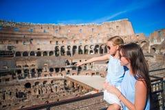家庭探索的大剧场里面在罗马,意大利 在著名地方照顾和她的女儿画象在欧洲 免版税库存图片