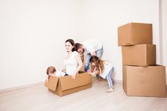 家庭搬到一个新的家 免版税库存图片