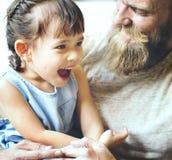 家庭放松幸福假日快乐的概念 免版税库存照片