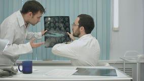 家庭教师医生有X-射线的帮助实习生 免版税图库摄影