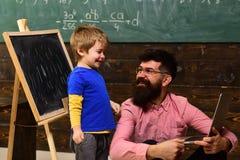 家庭教师或老师必须是一个精力充沛的人 学生寻找学习适合他学习的样式的方法 学习 库存照片