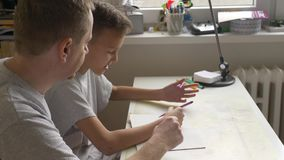 家庭教育-父亲和儿子谈论题目在书桌 股票录像