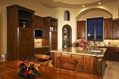 家庭新厨房大的豪宅 免版税图库摄影