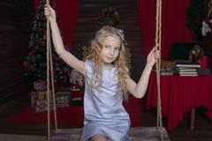 家庭新年` s概念 一个逗人喜爱的白肤金发的女孩的纵向 免版税图库摄影