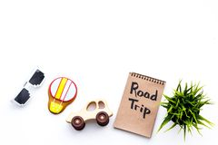 家庭旅行概念 太阳镜,绿色植物,空气轻快优雅曲奇饼,汽车玩具 旅行在笔记本的手字法在白色 免版税库存照片