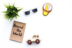 家庭旅行概念 太阳镜,绿色植物,空气轻快优雅曲奇饼,汽车玩具 环球在笔记本的手字法 免版税图库摄影