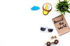 家庭旅行概念 太阳镜,绿色植物,空气轻快优雅曲奇饼,汽车玩具 环球在笔记本的手字法 库存照片