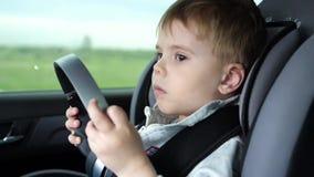 家庭旅行 在高速公路的家庭` s 小孩子坐在汽车座位的,在路的安全 股票录像