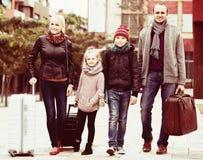家庭旅途:有儿童走和行李的配偶 图库摄影