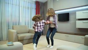家庭无忧无虑的休闲幸福接合跳舞 股票视频