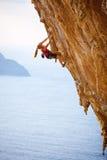 家庭日落的攀岩运动员 图库摄影