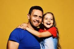 家庭时间和父母身分概念 人和女孩拥抱 免版税库存图片