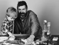 家庭时间概念 有儿子和清洁物品的爸爸在蓝色背景 图库摄影
