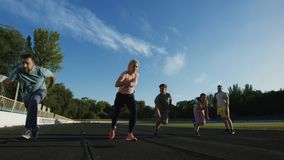 家庭时间的赛跑短跑在体育场 股票录像