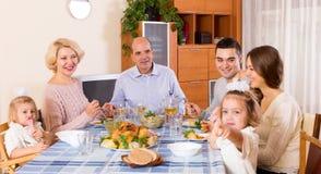 家庭星期天晚餐  库存图片