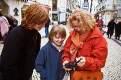 家庭是愉快和笑通过观看快照和图片 库存图片