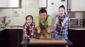 家庭显示赞许反对冰箱在切板 股票视频