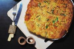 家庭晚餐的传统土豆饼,被烘烤直到在烤箱的金黄褐色,在黑暗的背景特写镜头 免版税图库摄影