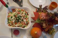 家庭晚餐的欢乐装饰的桌在秋天 库存图片