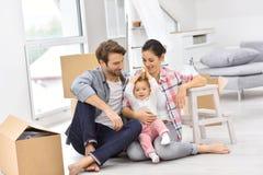 年轻家庭最近搬入新房 免版税库存照片