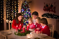 家庭有圣诞晚餐在火地方 免版税库存照片