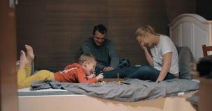 家庭有滑稽的下棋比赛在卧室 影视素材