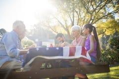 家庭有膳食在公园 免版税库存照片