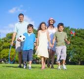 家庭未经预约而来在公园 免版税库存照片