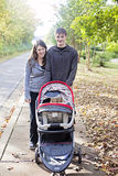 家庭步行在邻里 免版税库存照片