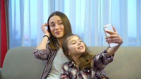家庭母亲女儿休闲亲吻消遣selfie 影视素材