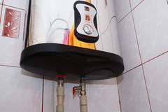 家庭水加热器的连接 单独热化 单独热水供应 国内电锅炉配管连接 免版税库存照片