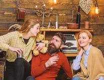 家庭汇聚,一起花费时间 有幸福微笑观看她的丈夫和少年孩子谈话的妇女 ?? 免版税库存照片