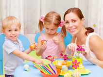 年轻家庭油漆复活节彩蛋 免版税库存图片