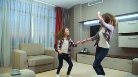 家庭活跃休闲音乐儿童疯狂的跳舞 股票视频