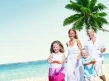 家庭海滩享受假日夏天概念 免版税库存图片