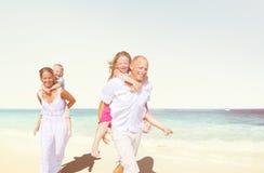 家庭海滩享受假日夏天概念 图库摄影
