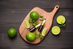家庭温泉的自然化妆用品 瓶与新鲜的精华油 免版税库存图片